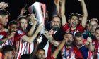 Η στιγμή που ο Κώστας Φορτούνης και ο Βαγγέλης Μαρινάκης σηκώνουν την κούπα του πρωταθλητή
