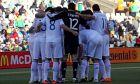 Οι διεθνείς ποδοσφαιριστές πριν από την έναρξη του αγώνα με τη Νιγηρία