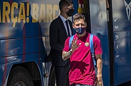 Ο Λίονελ Μέσι χαιρετά τον κόσμο που περίμενε την αποστολή της Μπαρτσελόνα, στην Πορτογαλία -πριν το παιχνίδι με την Μπάγερν για τα προημιτελικά του UEFA Champions League. Από ό,τι φάνηκε, αυτό δεν ήταν 'γεια', αλλά 'αντίο'.