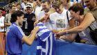 Ο Παναγιώτης Γκιώνης υπογράφει αυτόγραφα σε Έλληνες φιλάθλους μετά από τη νίκη του με τον Καλλίνικο Κρεάνκα στο διπλό επί των Αργεντινών Όσκαρ Γκονσάλες - Πάμπλο Ταμπάτσνικ στον 1ο γύρο του τουρνουά πινγκ πονγκ των Ολυμπιακών Αγώνων 2004, Ολυμπιακό Γυμναστήριο Γαλατσίου, Κυριακή 15 Αυγούστου 2004