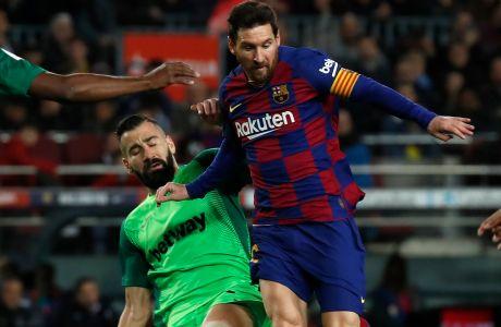 Ο Λιονέλ Μέσι της Μπαρτσελόνα μονομαχεί με τον Δημήτρη Σιόβα της Λεγανές για τη φάση των 16 του Copa del Rey 2019-2020 στο 'Καμπ Νόου', Βαρκελώνη | Πέμπτη 30 Ιανουαρίου 2020