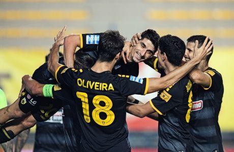 Ο Πέτρος Μάνταλος έχει μόλις σκοράρει το δεύτερο γκολ της ΑΕΚ στο 2-0 επί του Παναιτωλικού και αποθεώνεται από τους συμπαίκτες