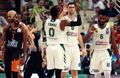 Οι παίκτες του Παναθηναϊκού ΟΠΑΠ πανηγυρίζουν το 1-0 επί του Προμηθέα στη σειρά των τελικών της Basket League