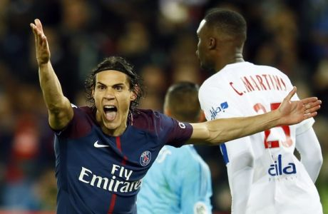 Paris Saint Germain's Edinson Cavani, left, reacts after he missed a penalty kick during their French League One soccer match between PSG and Olympique Lyon at the Parc des Princes stadium in Paris, France, Sunday, Sept. 17, 2016. (AP Photo/Francois Mori)