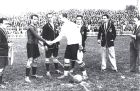 Σαμιτιέρ (αριστερά) και Θαμόρα, στον χαιρετισμό πριν την έναρξη ενός παιχνιδιού που διακόπηκε στο ημίχρονο από τον διαιτητή (23/11/1924).