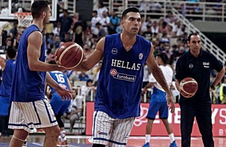 Ο Κώστας Σλούκας πριν την έναρξη του φιλικού Ελλάδα-Ιταλία στο τουρνουά Ακρόπολις, την Παρασκευή 16 Αυγούστου
