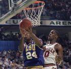 Ο Τζον Γουίλιαμς, παίκτης του κολλεγίου LSU προσπαθεί να σουτάρει, ενώ ο Μάρκ Σουέιν του Λουίβιλ προσπαθεί να τον μπλοκάρει.