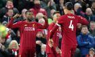 Τζίνι Βαϊνάλντουμ και Βίρτζιλ φαν Ντάικ πανηγυρίζουν την επίτευξη γκολ στην πρόσφατη αναμέτρηση μεταξύ Λίβερπουλ και Γουέστ Χαμ