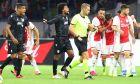 Ντιέγκο Μπίσεσβαρ και Λέο Μάτος διαμαρτύρονται στον διαιτητή του αγώνα του ΠΑΟΚ με τον Άγιαξ, για το δεύτερο σκέλος του 3ου προκριματικού γύρου του Champions League στη 'Γιόχαν Κρόιφ Αρένα', Άμστερνταμ, Τρίτη 13 Αυγούστου 2019