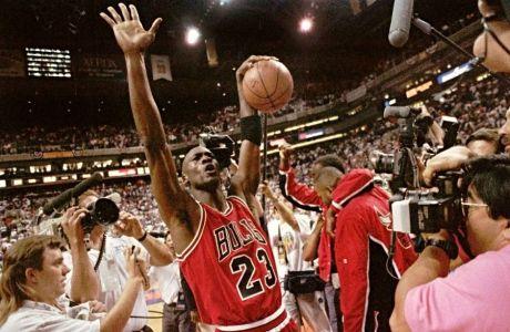 Ο Μάικλ Τζόρνταν πανηγυρίζει τον τρίτο συνεχόμενο τίτλο των Σικάγο Μπουλς, τον Ιούνιο του 1993