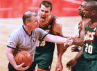 Ο Φρανκ Μπρικόφσκι των Σιάτλ Σούπερσονικς διαμαρτύρεται στον διαιτητή Τζο Κρόφορντ κατά την αναμέτρηση της ομάδας του με τους Σικάγο Μπουλς. Στα δεξιά του, ο Γκάρι Πέιτον.