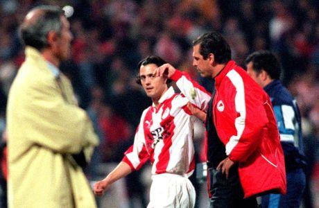 Ο Ζλάτκο Ζάχοβιτς του Ολυμπιακού σε στιγμιότυπο με τον προπονητή του Αλμπέρτο Μπιγκόν και τον βοηθό προπονητή Τάσο Μητρόπουλο κόντρα στον Παναθηναϊκό για την Α' Εθνική 1999-2000 στο Ολυμπιακό Στάδιο | Κυριακή 26 Μαρτίου 2000