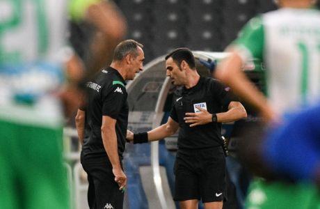 Ο προπονητής του Παναθηναϊκού, Γιώργος Δώνης, σε στιγμιότυπο με τον διαιτητή Γιώργο Κομίνη στην αναμέτρηση με τον Ολυμπιακό για τα playoffs της Super League 1 2019-2020 στο Ολυμπιακό Στάδιο | Κυριακή 5 Ιουλίου 2020
