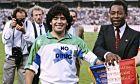 Ο Ντιέγκο Μαραντόνα και ο Πελέ πριν από φιλικό αγώνα της Γαλλίας με τη Μικτή Κόσμου, στο αποχαιρετιστήριο παιχνίδι του Μισέλ Πλατινί έναν χρόνο ύστερα από την απόσυρσή του από το ποδόσφαιρο, Νανσί, Δευτέρα 23 Μαΐου 1988