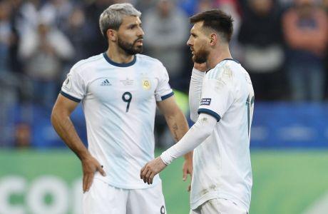 O Λιονέλ Μέσι πλησιάζει τον συμπαίκτη του στην εθνική Αργεντινής, Σέρχιο Αγουέρο, ενώ έχει δεχτεί κόκκινη κάρτα στον μικρό τελικό του Copa America 2019 έναντια στη Χιλή στο 'Αρένα Κορίνθιανς', Σάο Πάουλο, Σάββατο 6 Ιουλίου 2019