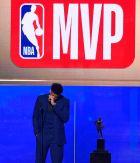 Ο Γιάννης Αντετοκούμπο, συγκινημένος στη βράβευσή του ως MVP της κανονικής περιόδου στο ΝΒΑ.