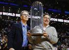 Οι Αμερικανοί ιδιοκτήτες της Λίβερπουλ, Τζον Χένρι (αριστερά) και Τομ Βέρνερ, με το τρόπαιο του MLB (μπέιζμπολ) των Ρεντ Σοξ της Βοστώνης που κατέκτησαν το 2013