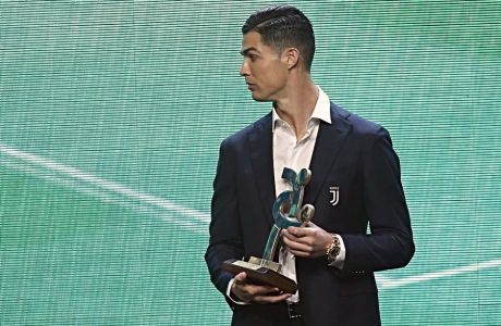 O Κριστιάνο Ρονάλντο με το βραβείο του MVP της ιταλικής Serie A (02/12/2019)