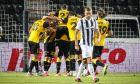 Παίκτες της ΑΕΚ πανηγυρίζουν γκολ πίσω από τον Σβέριρ Ίνγκι Ίνγκασον του ΠΑΟΚ σε αναμέτρηση για τα playoffs της Super League 1 2019-2020 στο γήπεδο της Τούμπας | Τετάρτη 1 Ιουλίου 2020
