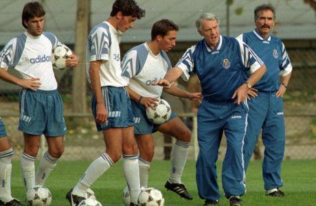 Ο προπονητής της Πόρτο, Μπράιαν Ρόμπσον (δεύτερος από δεξιά) σε στιγμιότυπο της προπόνησης στο 'Άντας', Πόρτο, Δευτέρα 16 Οκτωβρίου 1995