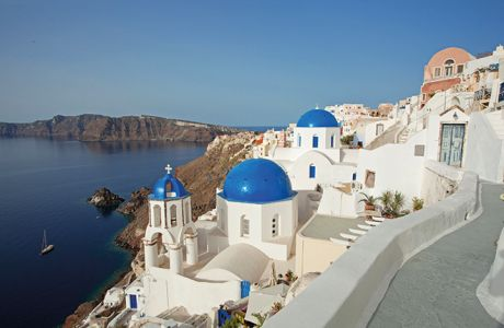 CF20W4 A view from a little path over some blue domed Greek Orthodox churches in the village of Oia on Santorini