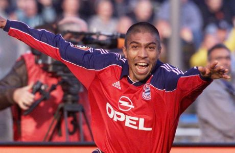 O Ζιοβάνι Έλμπερ πανηγυρίζει το γκολ του για λογαριασμό της Μπάγερν Μονάχου, στην αναμέτρηση με την Μόναχο 1860. Παιχνίδι που διεξήχθη στο Ολυμπιακό στάδιο του Μονάχου για την Bundesliga, στις 21/10/2000. (AP Photo/Daniel Maurer)
