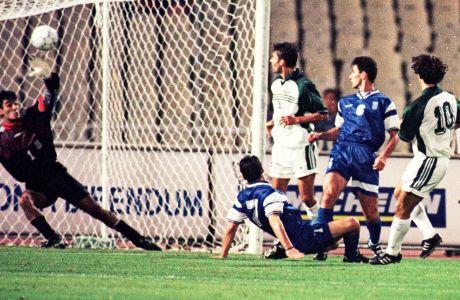 Ο Ζλάτκο Ζάχοβιτς εκτελεί τον Ηλία Ατματσίδη στο πρώτο από τα δύο γκολ των Σλοβένων στο 2-2 με την Ελλάδα πριν από 21 χρόνια