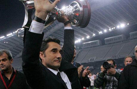 Ο προπονητής του Ολυμπιακού, Ερνέστο Βαλβέρδε, πανηγυρίζει την κατάκτηση του Κυπέλλου Ελλάδας 2011-2012 στον τελικό με τον Ατρόμητο στο Ολυμπιακό Στάδιο, Τετάρτη 28 Απριλίου 2012