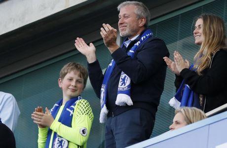 O ιδικοκτήτης της Τσέλσι, Ρόμαν Αμπράμοβιτς, χειροκροτεί τη νίκη των Λονδρέζων με αντίπαλο τη Σάντερλαντ στο Stamford Bridge.  (AP Photo/Kirsty Wigglesworth)