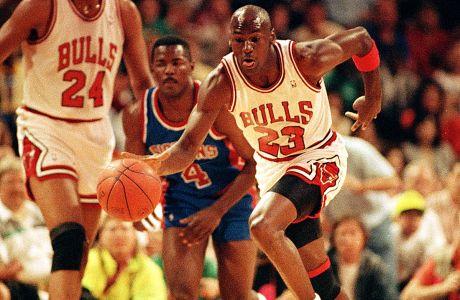 Το 1990 ο Φιλ Τζάκσον ζούσε την πρώτη χρονιά του στους Μπουλς και ο κορμός αφορούσε τους Τζόρνταν, Πίπεν και Γκραντ. Επίσης, το Σικάγο αποκλείστηκε από τα playoffs από τους Πίστονς, για 3η σερί σεζόν