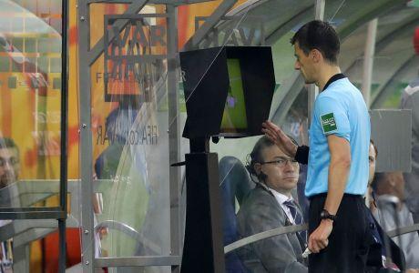 Ο διαιτητής Μπενουά Μπαστιέν συμβουλεύεται το σύστημα VAR κατά τη διάρκεια αγώνα στο Μουντιάλ U20