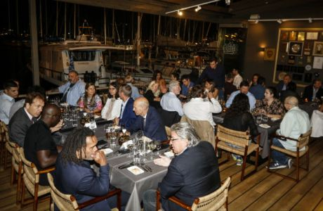 Δείπνο με θέα τη θάλασσα στους συνέδρους του Χάρβαρντ