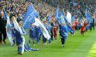 Πριν από αναμέτρηση της Λέστερ με τη Σάουθάμπτον, νεαροί οπαδοί με τα χρώματα της Λέστερ ανεμίζουν σημαίες (2016)