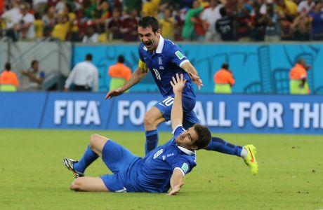 Ο Σωκράτης Παπασταθόπουλος και ο Γιώργος Καραγκούνης πανηγυρίζουν γκολ της Εθνικής Ελλάδας κόντρα στην Κόστα Ρίκα για τη φάση των 16 του Παγκοσμίου Κυπέλλου 2014 στην 'Αρένα Περναμπούκο', Ρεσίφε, Κυριακή 29 Ιουνίου 2014