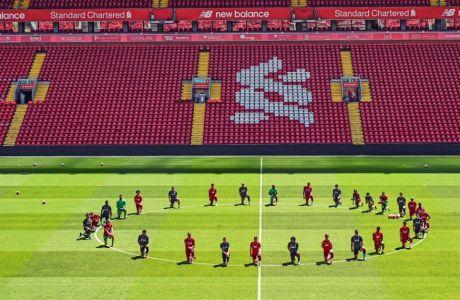 Οι ποδοσφαιριστές της Λίβερπουλ έχουν γονατίσει στο κέντρο του Άνφιλντ