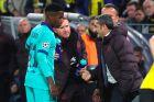 """Ο Ερνέστο Βαλβέρδε δίνει οδηγίες στον Ανσού Φατί, λίγο πριν τον περάσει ως αλλαγή στο ματς της Μπάρσα με την Μπορούσια Ντόρτμουντ για τους ομίλους του Champions League. Ο Φατί έγινε σε εκείνο το παιχνίδι ο νεώτερος παίκτης των """"μπλαουγκράνα"""" που έχει αγωνιστεί ποτέ στο ChL (17/9/2019)."""