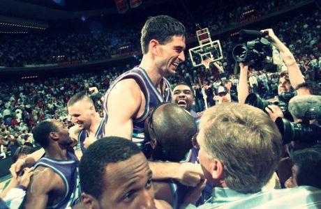 Ο Τζον Στόκτον των Γιούτα Τζαζ σε πανηγυρικό στιγμιότυπο έπειτα από το buzzer beater τρίποντο που σημείωσε στο 6ο παιχνίδι κόντρα στους Χιούστον Ρόκετς για τους τελικούς της Δύσης του NBA 1996-1997, Χιούστον, Πέμπτη 29 Μαΐου 1997