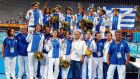 Η Εθνική Ελλάδας κατά την απονομή των αργυρών μεταλλίων, μετά από την ήττα στον τελικό κόντρα στην Ιταλία, στο τουρνουά πόλο των Ολυμπιακών Αγώνων 2004, Ολυμπιακό Κέντρο Υγρού Στίβου Αθηνών, Πέμπτη 26 Αυγούστου 2004