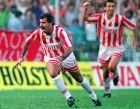 Ο Νίκος Αναστόπουλος πανηγυρίζει γκολ. Στο βάθος ο Όλεγκ Προτασόφ.