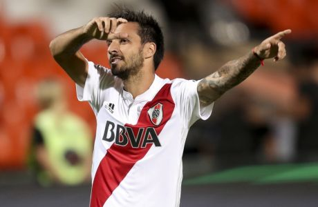River Plate's Ignacio Scocco celebrates scoring against Boca Juniors during the Supercopa Argentina final match in Mendoza, Argentina, Wednesday, March 14, 2018.(AP Photo/Marcelo Ruiz)