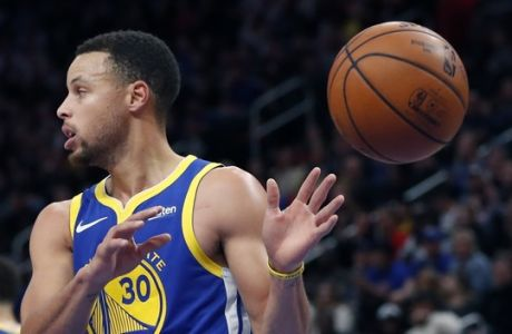 Golden State Warriors guard Stephen Curry takes the inbounds pass during the first half of an NBA basketball game against the Detroit Pistons, Saturday, Dec. 1, 2018, in Detroit. (AP Photo/Carlos Osorio)
