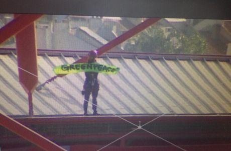 Ακτιβιστής της Greenpeace στην οροφή του Λουζ