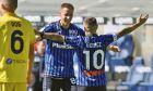 Πάπου Γκόμες και Μάριο Πάσαλιτς πανηγυρίζουν ένα από τα πέντε γκολ της Αταλάντα κόντρα στην Κάλιαρι, στο 'Gewiss stadium' του Μπέργκαμο, στις 4 Οκτώβρη 2020.  (Gianluca Checchi/LaPresse via AP)