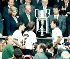 Ο βασιλιάς Χουάν Κάρλος είναι έτοιμος να παραδώσει το Κύπελλο στον αρχηγό της Βαλένθια, Γκαΐθκα Μεντιέτα, ενώ παρακολουθούν οι Πάκο Καμαράσα και Πιόχο Λόπες (26/6/1999)