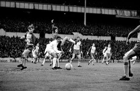 Ο τερματοφύλακας της Λοκομοτίβ Λειψίας, Βέρνερ Φρίζε (κέντρο), σε μονομαχία με τον Μάρτιν Τσίβερς της Τότεναμ, κατά τον 2ο ημιτελικό του Κυπέλλου UEFA 1973-1974 στο 'Γουάιτ Χαρτ Λέιν', Λονδίνο, Τετάρτη 24 Απριλίου 1974