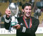 Ο Λουίς Φίγκο με το ευρωπαϊκό Σούπερ Καπ που κατέκτησε το 2002 με τη Ρεάλ Μαδρίτης, νικώντας 3-1 τη Φέγενορντ στο Μονακό.