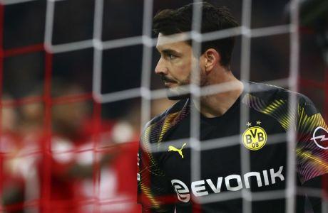 Ο Ρόμαν Μπούρκι απογητευμένος από την τροπή που πήρε η αναμέτρηση της Ντόρτμουντ με την Μπάγερν στην 'Allianz Arena', όπου οι Βεστφαλοί ηττήθηκαν με σκορ 4-0 για την 11η αγωνιστική της Bundesliga (09/11/2019) - (AP Photo/Matthias Schrader)