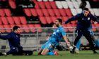 Ο Αχμέντ Χασάν πανηγυρίζει έξαλλα το τέρμα που πέτυχε στο 'Philips Stadion' και χάρισε στον Ολυμπιακό την πρόκριση στους '16' του Europa League παρά την ήττα από την Αϊντχόφεν με σκορ 2-1 | 26/02/2021 (EUROKINISSI)