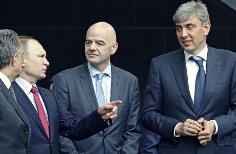 Ο Βλαντιμίρ Πούτιν δίπλα στον Τζιάνι Ινφαντίνο και τον Σεργκέι Γκαλίτσκι, κατά τη διάρκεια των εγκαινίων του γηπέδου της Κράσνονταρ