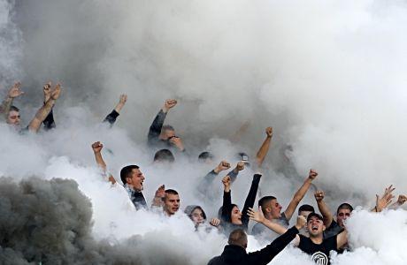 Οπαδοί της Παρτίζαν πνιγμένοι από σύννεφα καπνού, σε πρόσφατη αναμέτρηση με τον Ερυθρό Αστέρα